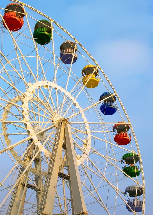 Большое колесо ferris на пасмурном небе стоковые фото