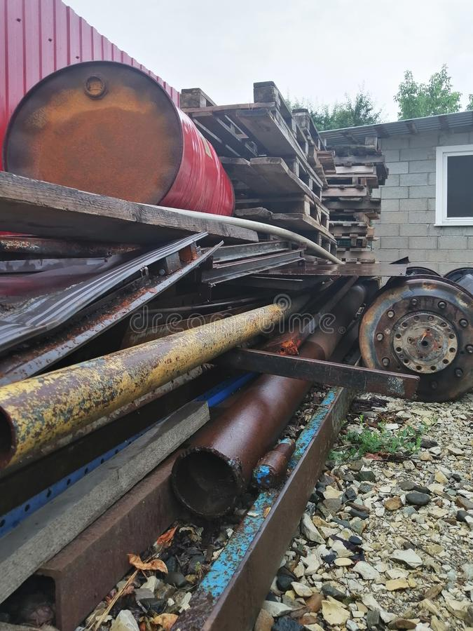 Большое место захоронения отходов металлолома и другого технологического отхода стоковые фото