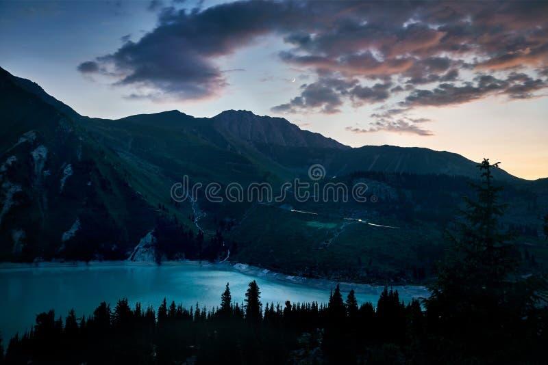 Большое озеро Алма-Ата в Казахстане стоковая фотография rf