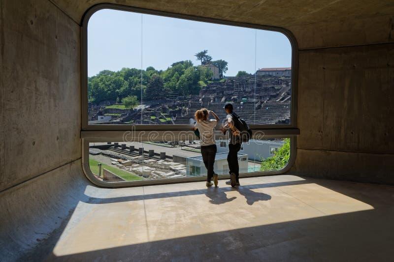 Большое окно вводит старый театр в музее стоковые изображения