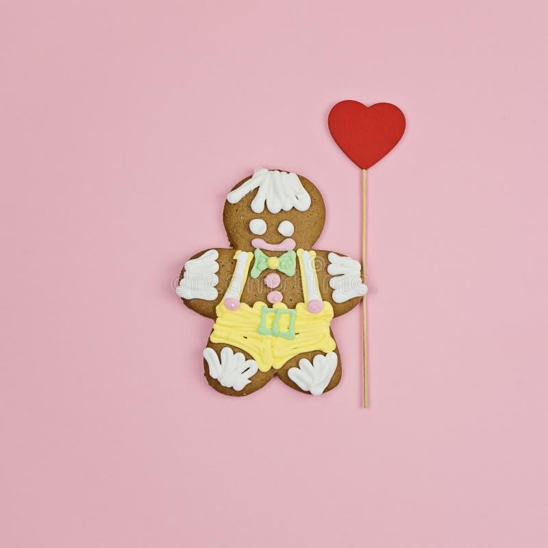 Большое печенье человека пряника с большим красным сердцем стоковое фото