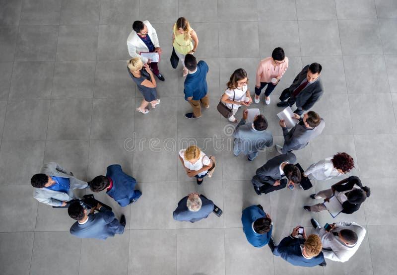 Большое положение группы людей и говорить на деловой встрече в компании стоковое фото rf