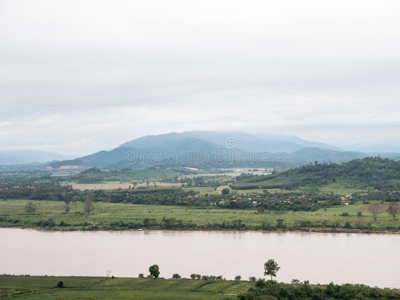 Большое спокойное река около фермы и деревни сельской местности стоковые изображения