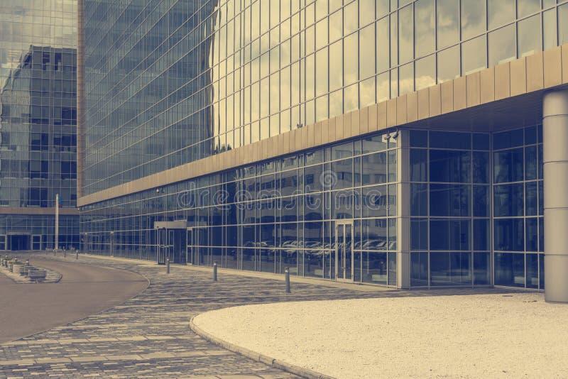 Большое стеклянное офисное здание Мягкий обрабатывать фото стоковые фото