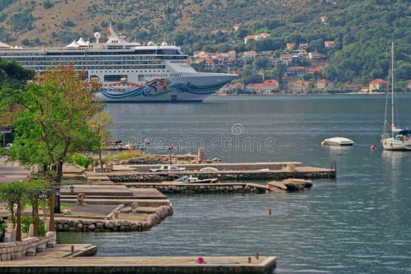 Большое туристическое судно плавает в заливе Kotor стоковое фото