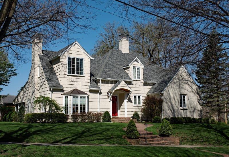 Большое Cream встряхивание встало на сторону дом на холме стоковая фотография rf