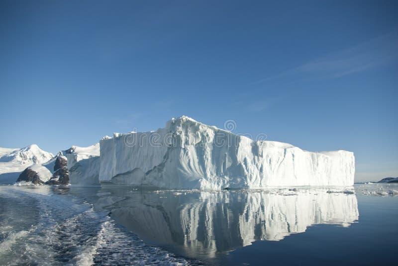 Большой айсберг и свое отражение в южном океане на summ стоковое изображение rf