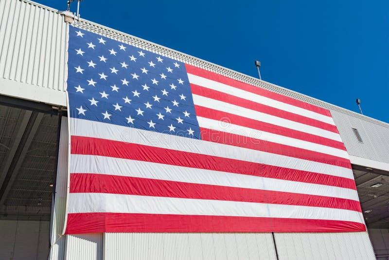 Большой американский флаг на авиасалоне Miramar стоковые фото