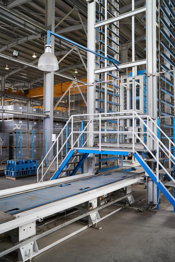 Большой ангар склада интерьера фабрики стоковые фотографии rf