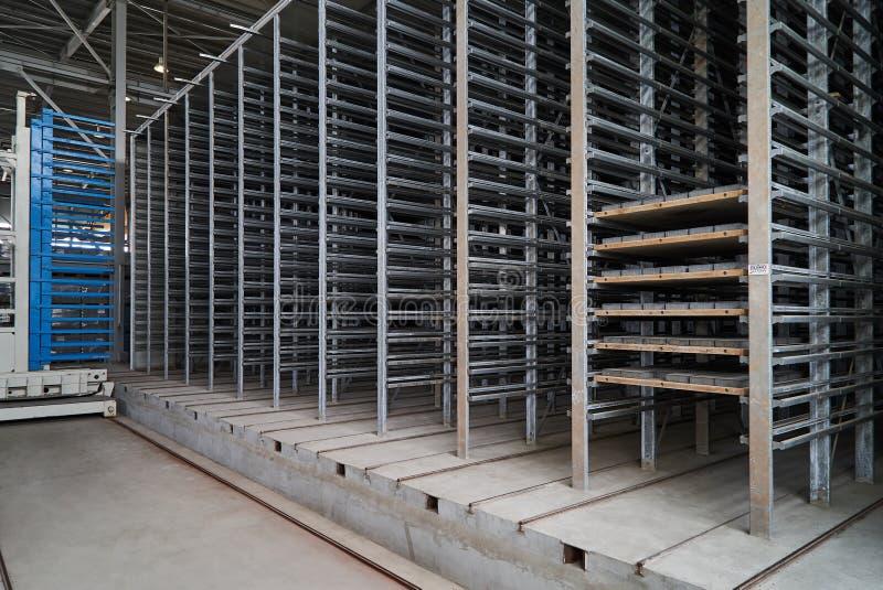 Большой ангар склада интерьера фабрики стоковое фото