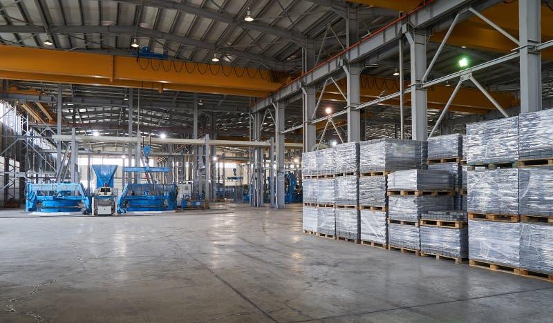 Большой ангар склада интерьера фабрики стоковые изображения