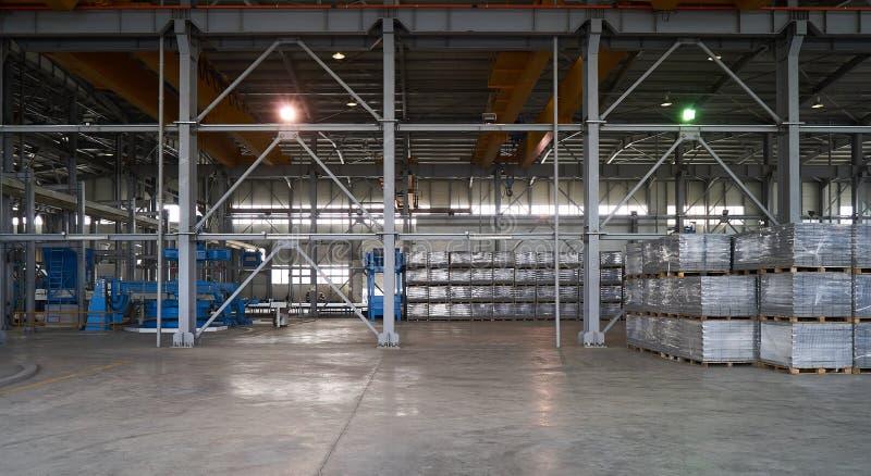 Большой ангар склада фабрики стоковая фотография