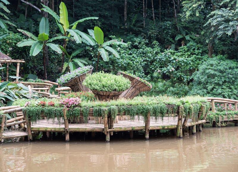 Большой бамбуковый бак с зацветать флористический стоковые фотографии rf