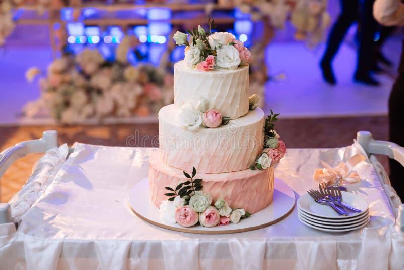 Большой белый свадебный пирог с розовыми розами на таблице стоковые фотографии rf