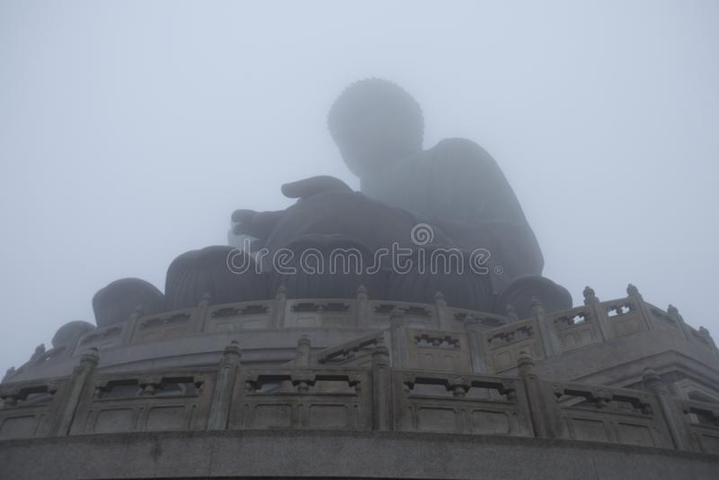 Большой Будда под туманом стоковые фото