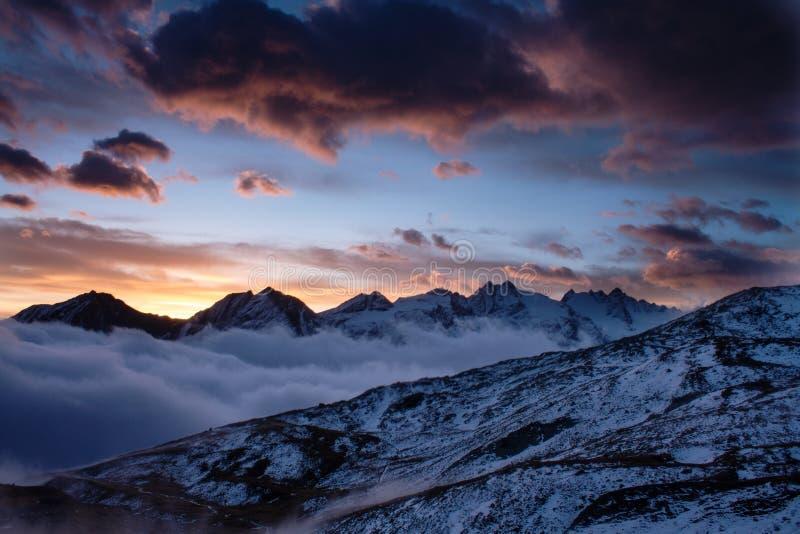 Большой взгляд туманной долины в национальном парке Gran Paradiso, Альпах, Италии, драматической сцене, красочном утре осени стоковое изображение rf
