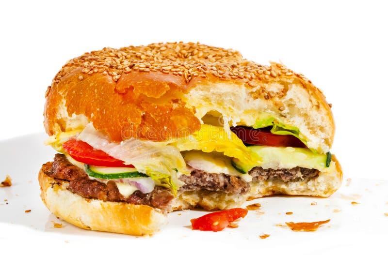 Большой вкусный сдержанный бургер стоковая фотография