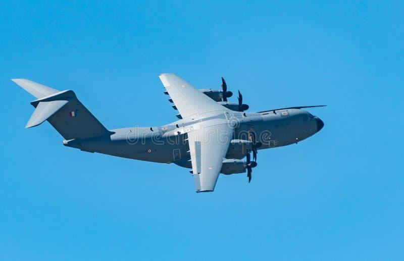 Большой военный транспортный самолет сфотографированный в полете стоковое фото rf