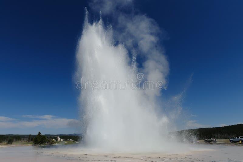 Большой гейзер фонтана извергая стоковое изображение