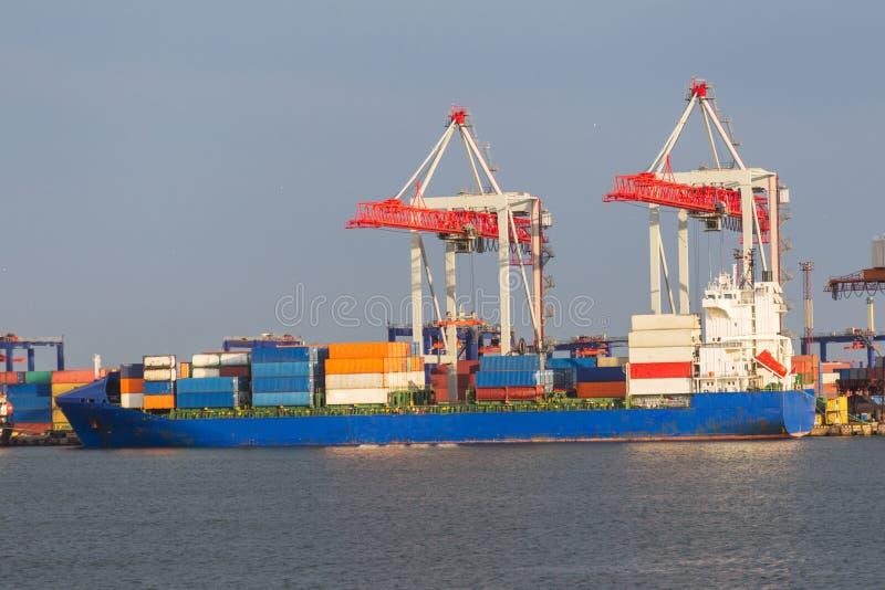 Большой большой грузовой корабль входит в гавань termin контейнера стоковое изображение