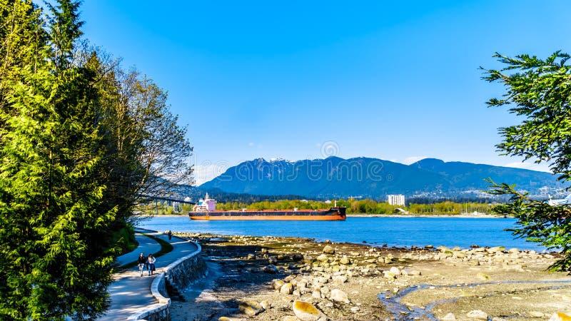 Большой грузовой корабль входя в гавань Ванкувера внутри ДО РОЖДЕСТВА ХРИСТОВА, Канада стоковая фотография rf