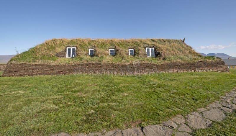Большой дом дерна с Windows в стенах дерна стоковые фотографии rf