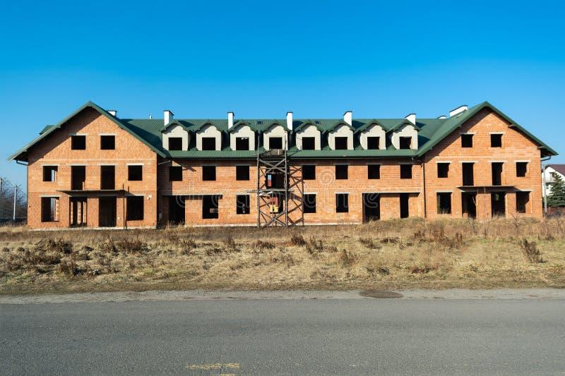 Большой дом под конструкцией от красного кирпича Незаконченный двухэтажный дом стоковые изображения