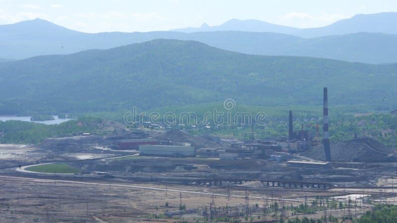 Большой завод для обработки металлолома r Рифайнер металла огромной фабрики старый Голубая крыша здания фабрики стоковые изображения rf