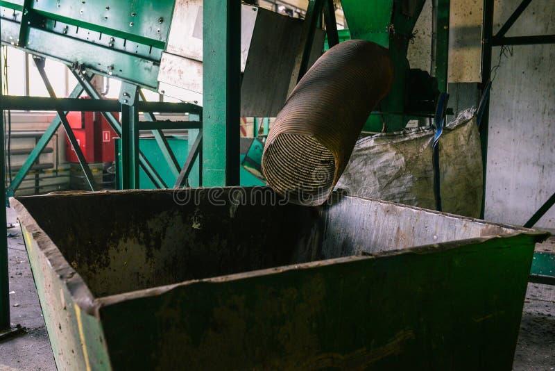 Большой зеленый контейнер для сбора отходов Труба от которой отброс приходит Сортировать и повторно использовать стоковое изображение