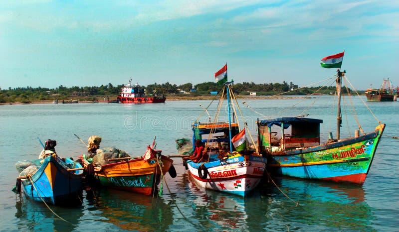 Большой и маленькая лодка готовые для того чтобы уловить рыб в karaikal пляже стоковое изображение rf