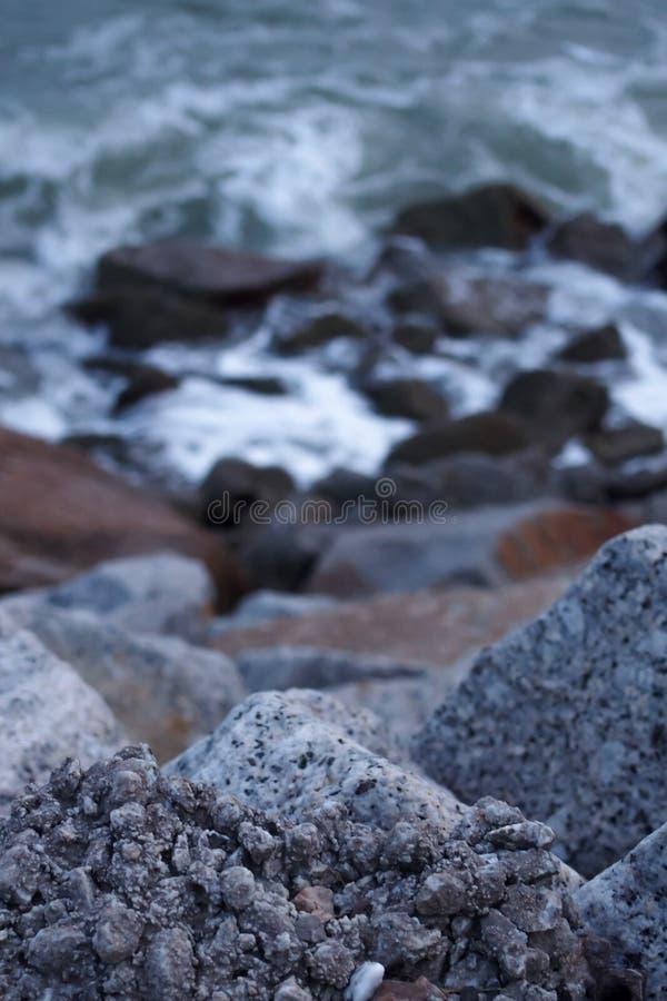 Большой камень перекрывая морем стоковая фотография
