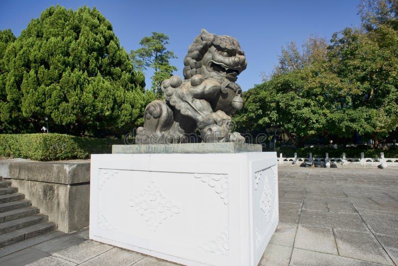 Большой китайский дракон бронзовый стоковое изображение
