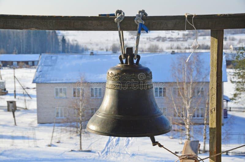 Большой колокол на колокольне церков Transfiguration Preobrazhenskaya Столетие XVIII в Turchasovo Россия, Arkhange стоковые фото