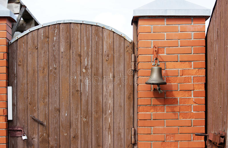 Большой колокол рядом с дверью, заменяя дверной звонок гостеприимсво колокола женщина rwith кольца руки колокола стоковые изображения