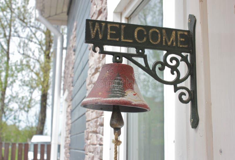 Большой колокол рядом с дверью, заменяя дверной звонок Колокол стоковые изображения