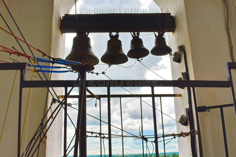 Большой колокол чугуна в колокольне в церков стоковые фотографии rf