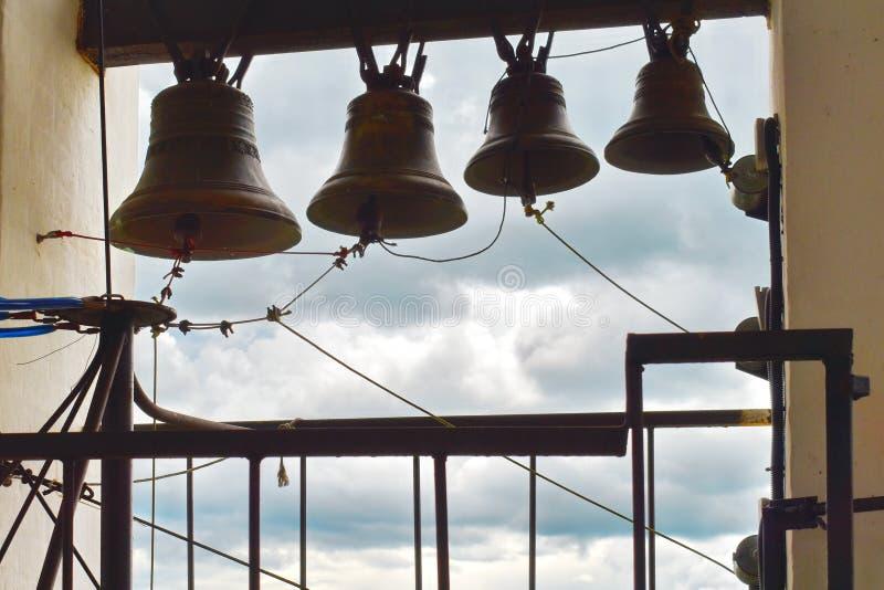 Большой колокол чугуна в колокольне в церков стоковые изображения rf