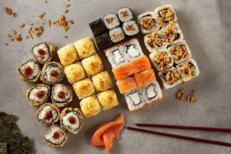 Большой комплект различных суш Maki или взгляд сверху Norimaki Rolles стоковое фото