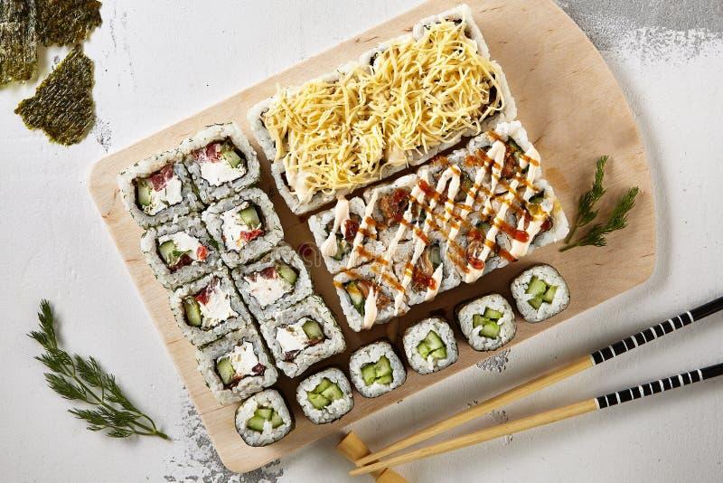 Большой комплект различных суш Maki или Norimaki Rolles стоковое изображение rf