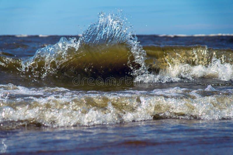 Большой конец волны моря вверх на солнечный летний день стоковые фотографии rf