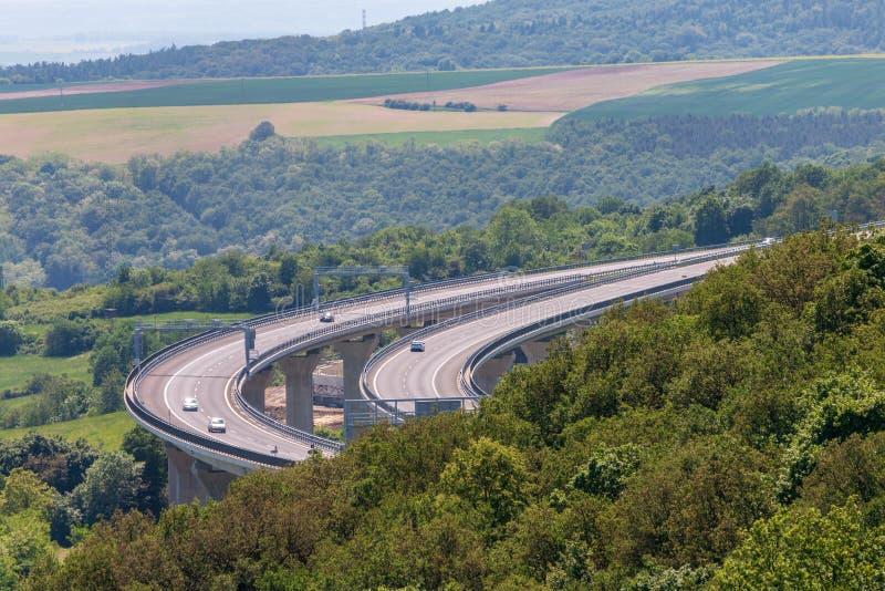 Большой конкретный мост с некоторыми автомобилями на ем стоковые фото