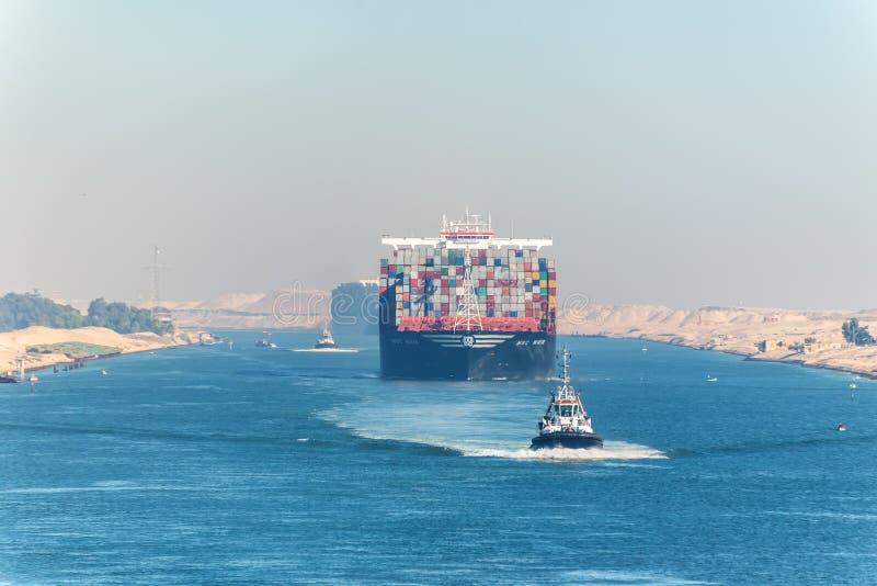 Большой корабль сосуда контейнера проходя канал Суэца стоковое изображение rf