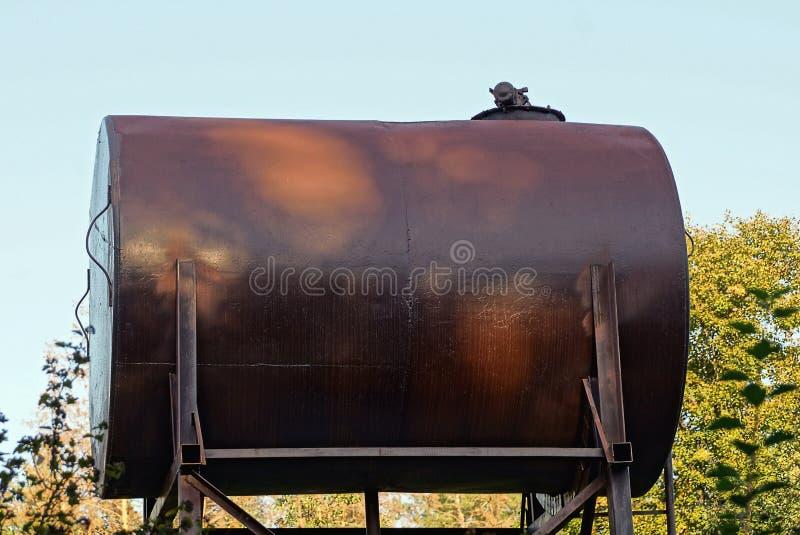 Большой коричневый старый танк против неба стоковое фото rf