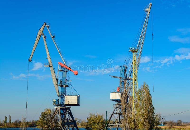 Большой кран порта утюга пока работающ на предпосылке голубого неба стоковое фото