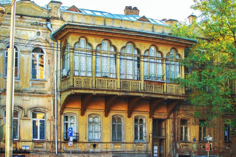 Большой красивый деревянный грузинский балкон стиля на улице Тбилиси, Грузии стоковые изображения