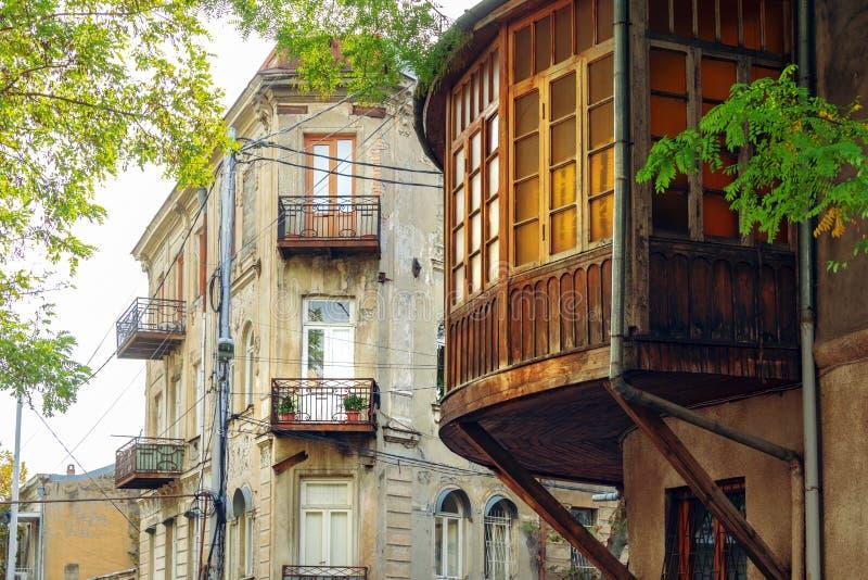 Большой красивый округленный деревянный грузинский балкон стиля на улице Тбилиси, Грузии стоковое изображение rf