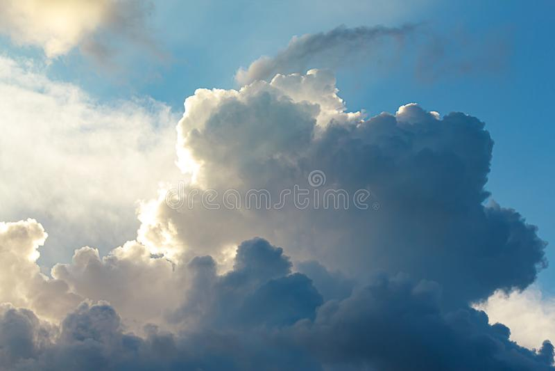 Большой кумулюс, облака nimbus с позитивной стороной, в сини, и белый стоковое фото