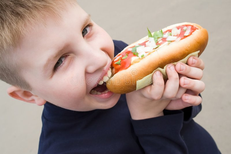 большой мальчик меньший сандвич стоковая фотография