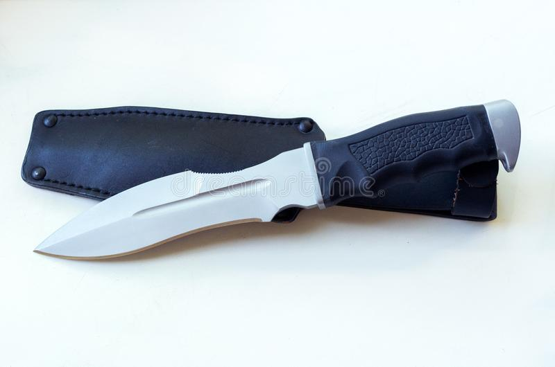 Большой нож с формой ` s шпаги элегантной и кожаным случаем стоковое изображение