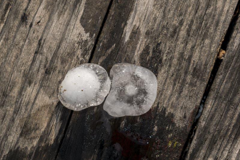 Большой оклик в горе, съемка льда после шторма лета стоковая фотография rf